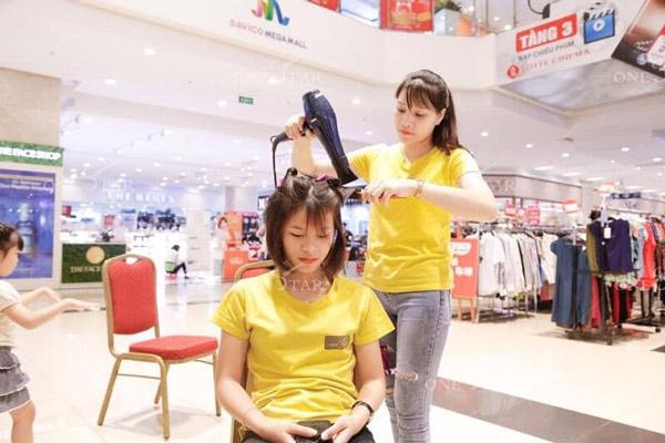 Học viên được tham gia chương trình cắt tóc miễn phí được tổ chức hàng tuần để nâng cao kiến thức chuyên môn, hiểu hơn về thị hiếu khách hàng